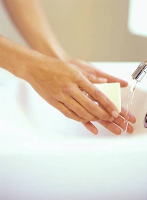 Utiliza agua tibia y un jabón neutro